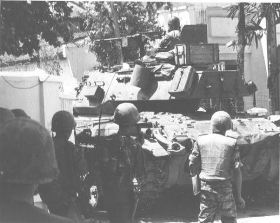Một lính xe tăng người Việt đang dùng khẩu súng máy cỡ 50 bắn vào một vị trí Việt Cộng ở Gia Định vào ngày 4 tháng 6. Ảnh: The Vietnam Center and Archiv