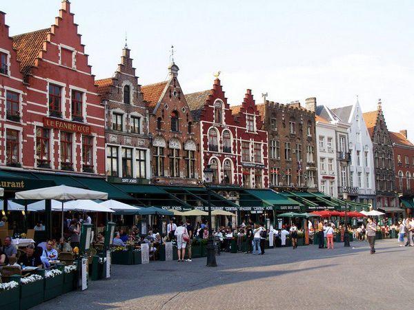 Nhà thời Trung cổ trên khu họp chợ lịch sử của Brugge. Ảnh: Phan Ba