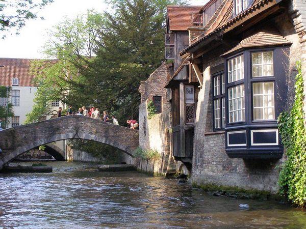 Brugge với những con kênh đào chằng chịt như mê cung của nó... Ảnh: Phan Ba