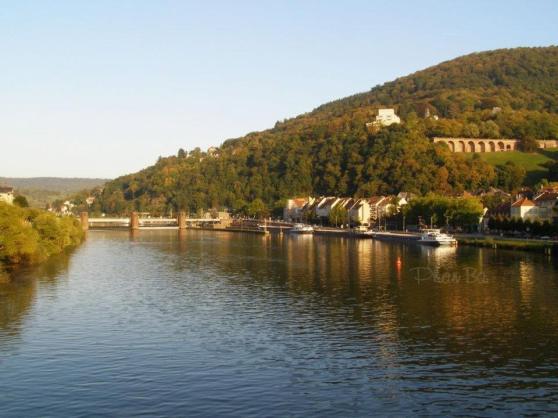 Sông Neckar dưới chân lâu dài Heidelberg. Ảnh: Phan Ba