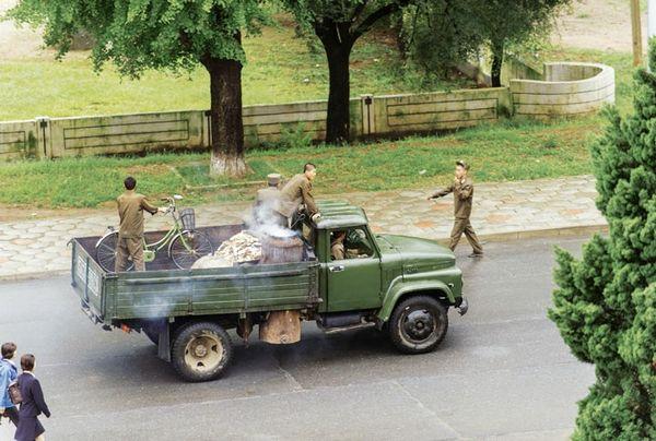 Xe tải chạy bằng củi đốt. Ảnh: Der Spiegel