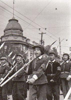 Nhiều Hồng Vệ Binh, như ở đây trong cuộc diễu hàng nhân ngày Quốc Khánh 1966, vẫn còn là trẻ con. Ảnh: GEO Epoche.