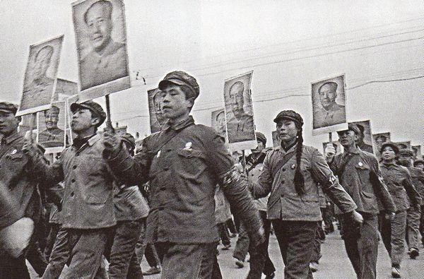 """Tranh giành quyền lực: Sau thảm họa của """"Đại Nhảy Vọt"""", Mao bị cô lập trong giới lãnh đạo ĐCS, ông ấy mất ảnh hưởng. Cũng vì vậy mà ông ấy huy động đội Hồng Vệ Binh – đội ngũ ngoài những việc làm khác cũng tấn công các đối thủ của ông ấy ở trong Đảng. Ảnh: GEO Epoche"""