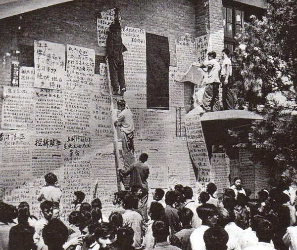 """Chiến dịch: Hồng Vệ Binh công bố khẩu hiệu của mình trên những tờ báo tường viết tay. Trong đó, họ yêu cầu lật đổ """"Băng nhóm Đen"""", họ gọi đối thủ của Mao là vậy. Ảnh. GEO Epoche"""