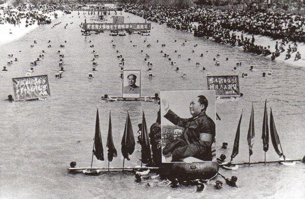 Tôn sùng cá nhân: Với một lần diễu hành bơi lội ở gần Bắc Kinh, những người Cộng sản chào mửng người Chủ tịch Vĩ đại của họ - và đồng thời qua đó cố nhắc đến sức lực hoạt động của con người trên 70 tuổi này. Ảnh: GEO Epoche