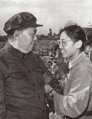 Cổ vũ: tháng 8 năm 1966, Mao tiếp đón cô nữ sinh Song Binbin, nhóm của người này đã giết chết cô giáo Biện Trọng Vân. Ảnh: GEO Epoche