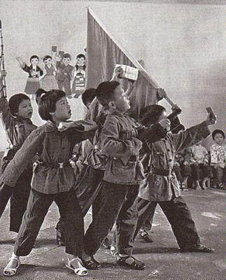 Tẩy não: Ngay đến những đứa bé trong nhà trẻ cũng đã thấm nhuần rằng các em phải chào mừng cuộc Cách mạng Văn hóa. Ảnh: GEO Epoche
