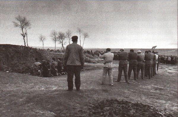"""Đội hành hình: Trong tháng 4 năm 1968, những người bị cho là """"phản cách mạng"""" bị xử bắn ở Hắc Long Giang. Cho tới năm 1976, có khoảng ba triệu người là nạn nhân của cuộc Cách mạng Văn hóa. Ảnh: Geo Epoche"""