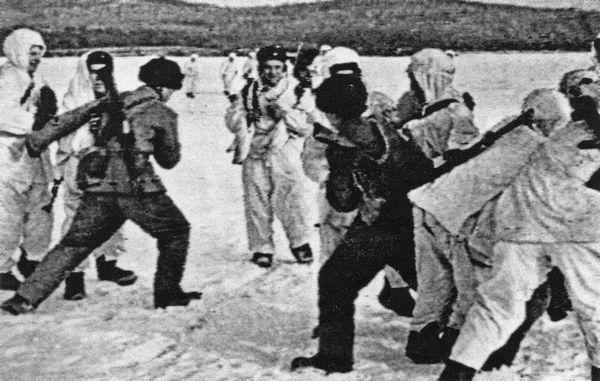 Lính Trung Quốc và Xô viết đánh nhau trong mùa Xuân 1969 trên con sông biên giới Ussuri đã đóng băng: trong thời gian của cuộc Cách mạng Văn hóa, khối Xã hội chủ nghĩa đã tan vỡ. Ảnh: GEO Epoche