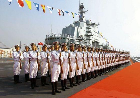 """Lính Hải quân Trung Quốc trong buổi lễ khánh thành chiếc hàng không mẫu hạm """"Liêu Ninh"""". Ảnh: Der Spiegel"""