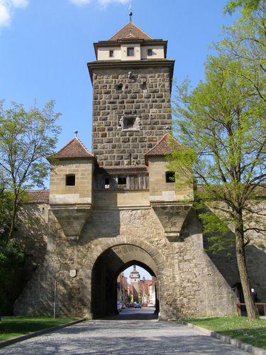 Cổng thành thời Trung cổ. Ảnh: Phan Ba