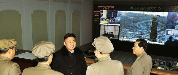 Nhà độc tài Kim trong trung tâm kiểm soát. Ảnh: Der Spiegel