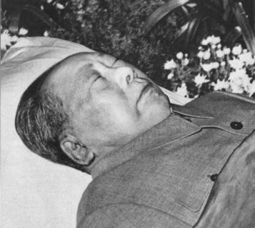 Hai ngày sau khi qua đời, Mao nằm trong Đại hội đường Nhân dân. Các bác sĩ của ông ấy đã cố gắng xử lý xác chết bằng hóa chất trước đó. Ảnh: GEO Epoche.