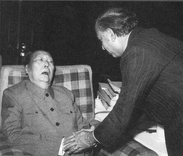 Thân thể suy tàn của của nhà độc tài không còn có thể giữ kín được nữa: Khi Mao tiếp Thủ tướng Pakistan Bhutto vào ngày 27 tháng 5 năm 1976, ông ấy đã bị liệt. Ảnh: GEO Epoche.