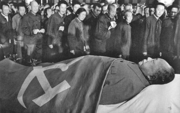 """""""Người lãnh tụ và người thầy vĩ đại"""" sống mãi, tờ """"Nhân dân Nhật báo"""" đăng tin một ngày sau khi Mao qua đời. Từ """"chết"""" được tránh đi trong dòng tít. Ngay sau đó, hàng trăm ngàn người đã đi ngang qua xác chết trong Đại hội đường Nhân dân. Ảnh: Geo Epoche."""