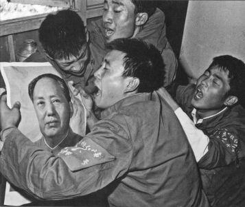 Hồng Vệ Binh ở thành phố Thẩm Dương than khóc Mao. Ảnh: GEO Epoche