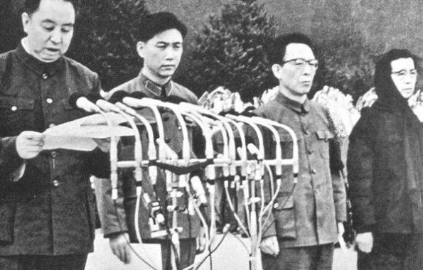 Thủ tướng Hoa Quốc Phong đọc một bài diễn văn ca ngợi người đã chết. Chỉ vài tháng trước đó, Mao đã gây ngạc nhiên khi xếp đặt người cán bộ hầu như không được biết đến này trở thành người kế nghiệp mình – và qua đó cũng đã gây trở ngại cho các tham vọng của người vợ cực tả của mỉnh. Giang Thanh (phải). Ảnh: GEO Epoche
