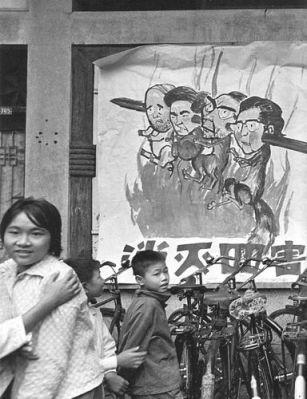 """Người vợ góa của Mao và ba đồng minh của bà ấy trong giới chóp bu của ĐCS bị bắt giam trong tháng mười 1976 sau một cuộc tranh giành quyền lực và bị phỉ bang như là """"Bè lũ bốn tên"""", những người mà người ta phải mang đi nướng. Ảnh: GEO Epoche."""