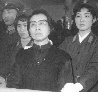 Những người Mao–ít cực đoan đã thất bại trong cuộc tranh giành quyền lực chống lại Hoa Quốc Phong trung hòa hơn, người lôi kéo được quân đội về phía mình. Tất cả họ đều lĩnh những bản án nặng, người vợ góa của Mao tự tử năm 1991. Ảnh: GEO Epoche