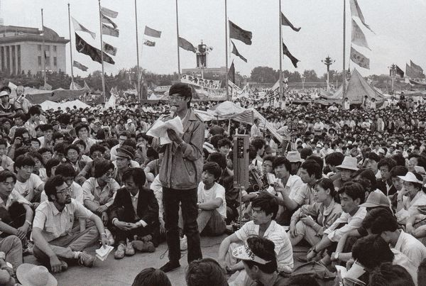 Những người biểu tình thành lập các liên hiệp sinh viên: những tổ chức mang tầm quan trọng, độc lập với Đảng trong lịch sử Trung Quốc. Các lãnh tụ của họ – như sinh viên  Vương Đan trong hình – yêu cầu, ngoài những điều khác, các chính trị gia lãnh đạo hãy từ chức. Ảnh: GEO Epoche.