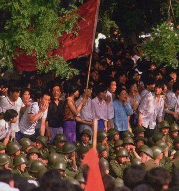 Vào ngày 20 tháng 5, Lý Bằng tuyên bố tình trạng khẩn cấp. Quân lính tiến vào thành phố, nhưng dè dặt. Bây giờ thì biểu tình bị cấm. Nhưng ngay cả khi đối diện với  những người mặc quân phục thì cũng chẳng có ai tuân theo điều đấy cả. Ảnh: GEO Epoche.