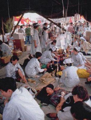 Bắt đầu từ giữa tháng 5, hàng ngàn người bắt đầu tuyệt thực. Họ được sinh viên Y khoa chăm sóc trong lều trên Thiên An Môn. Ảnh: GEO Epoche.