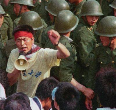 20 tháng 5: quân lính nhận lệnh không được sử dụng bạo lực. Họ cần tranh thủ lòng tin của người dân bằng cách đó. Nhưng người dân thường chận quân đội lại và ngăn cản không cho họ tiến vào trung tâm thành phố. Ảnh: GEO Epoche.