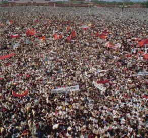 Trong tháng 4, vài trăm sinh viên tụ tập lại trên Thiên An Môn để tưởng niệm một quan chức được họ yêu mến. Rồi những tiếng gọi yêu cầu dân chủ đầu tiên bắt đầu vang lên. Giữa tháng 5 đã có hàng triệu người biểu tình. Ảnh: GEO Epoche.