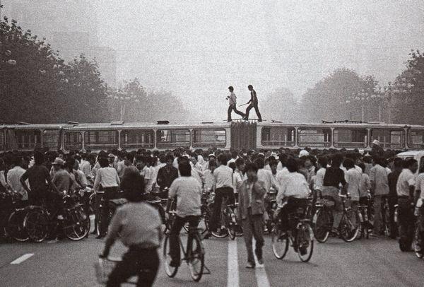 Để chận quân đội lại, tài xế xe buýt để xe của họ nằm ngang qua trên các đại lộ của Bắc Kinh và xì lốp xe. Ảnh: GEO Epoche