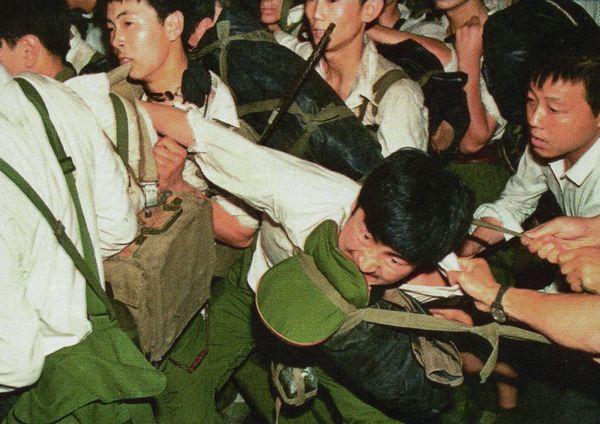 Quân nhân, thường không trang bị vũ khí, cố gắng thêm nhập vào tới quảng trường mà không gây sự chú ý. Họ bị chận lại, bị đánh đập, nhiều người bị đánh mất hành lý và giày, rồi họ bỏ đi. Một thắng lợi của những người biểu tình. Ảnh: GEO Epoche.