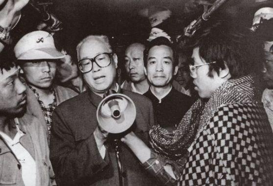 ĐCS chia rẽ. Ngày 19 tháng 5, sếp Đảng Triệu Tử Dương nói chuyện với các sinh viên mà ông ấy cho rằng một phần các yêu cầu của họ là có lý do. Nhưng nhiều quan chức lo sợ một cuộc Cách mạng Văn hóa lần thứ nhì (bên phải cạnh Triệu là Ôn Gia Bảo). Ảnh: GEO Epoche.