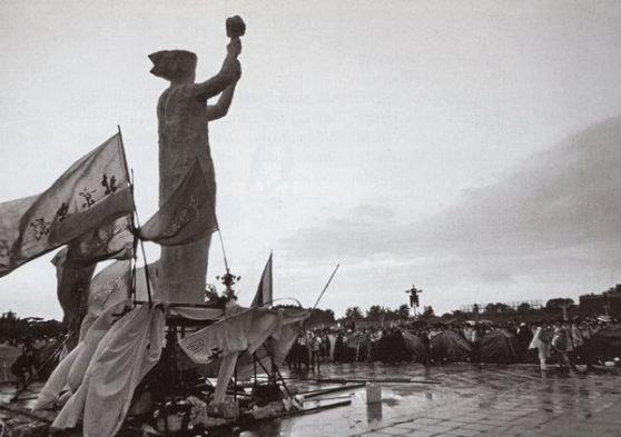 """Thiên An Môn, 30 tháng 5: sinh viên khai mạc """"Nữ thần Dân chủ"""", một bức tượng cao mưới mét. Đối với nhiều người hiện giờ đã kiệt sức thì đấy là một biểu tượng mới của hy vọng – thế nhưng đối với giới lãnh đạo nhà nước thì đấy là một sự khiêu khích ngay giữa Bắc Kinh. Ảnh: GEO Epoche."""