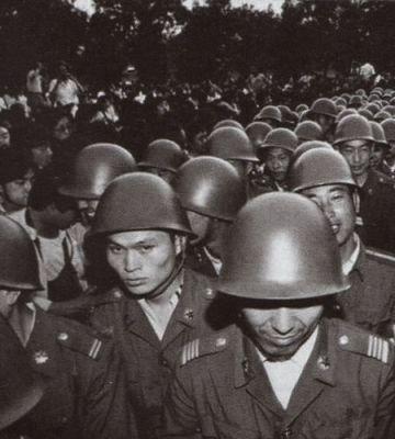 """Một viên chỉ huy của các lực lượng quân đội được gửi đến Bắc Kinh khước từ mệnh lệnh tấn công những người biểu tình. Nhưng phần lớn sĩ quan và binh lính vẫn trung thành, mặc dù người dân giận dữ chửi mắng họ là """"quân giết người"""". Ảnh: GEO Epoche."""