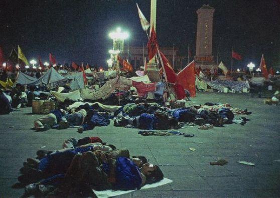 Hàng ngàn người ngủ qua đêm trên Thiên An Môn. Càng ngày các lãnh tụ sinh viên càng gặp khó khăn hơn trong tổ chức cung cấp cho họ – và thống nhất các mục đích kế tiếp của phong trào. Ảnh: GEO Epoche