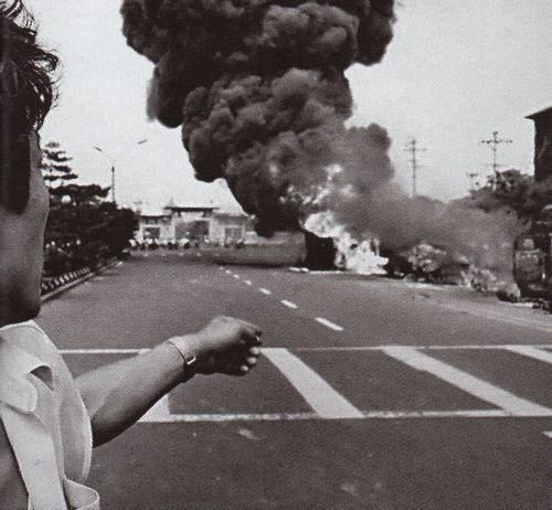 Người biểu tình làm hỏng bình xăng của những chiếc xe tải đang tiến vào rồi đốt cháy chúng. Chăn đang cháy được quẳng lên xe tăng. Nhưng hiếm khi các đoàn xe bị ngăn chận lại bằng những cách đấy. Ảnh: GEO Epoche