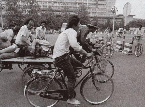 Vào sáng sớm ngày 4 tháng 6 đã có thể thấy rõ là hàng ngàn người ở Bắc Kinh đã bị thương. Họ được chở bằng xe đạp đến các bệnh viện vì xe cứu thương không thể chạy qua được nhiều con đường. Ảnh: GEO Epoche.