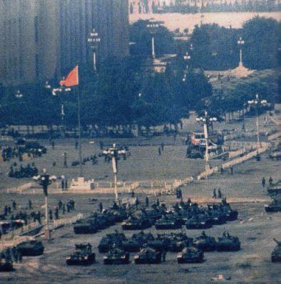 Xe tăng thống trị thành phố mười ngày liền, như ở đây trên Thiên An Môn. Rồi quân đội rút đi. Nhưng cơn sốc về cuộc biểu tình vẫn còn đặt dấu ấn lên giới tinh hoa của Trung Quốc cho tới ngày nay, giới mà cũng vì thế nên không cho phép có tự do về chính trị. Ảnh: GEO Epoche.