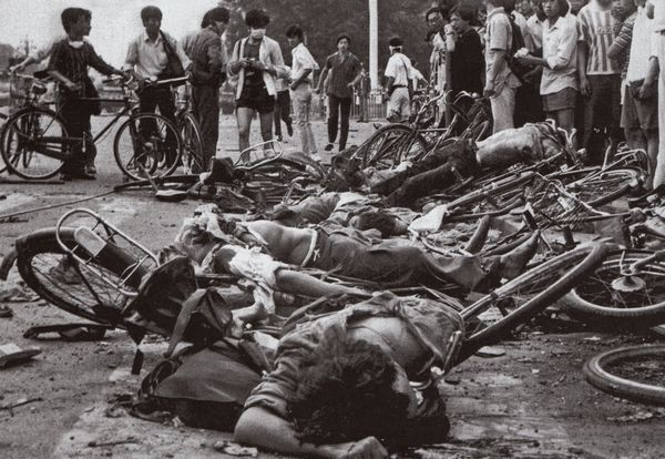 Người chết trên những chiếc xe đạp bị nghiến bẹp, cách Thiên An Môn không xa, rõ ràng là bị xe quân đội cán lên. Ảnh: GEO Epoche