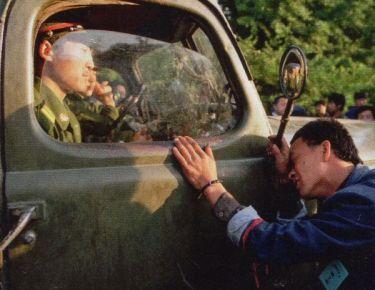 Người dân liên tục chận các đoàn xe lại. Có người khóc, có người thì van xin những người lính phần nhiều trẻ tuổi. Nhưng chính họ cũng cảm thấy căng thẳng và bị đe dọa bởi đám đông. Ảnh: GEO Epoche.