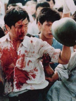 Một người biểu tình bị thương phô trương chiếc nón đã giật được. Cũng có cả 23 người lính chết trong cái đêm của bạo lực đấy. Ảnh: GEO Epoche