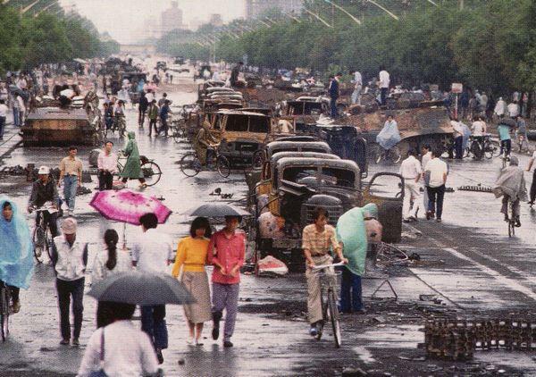 Vào ngày hôm sau đó, xe tải và xe tăng cháy rụi vẫn còn nằm trên đại lộ Trường An. Ảnh: GEO Epoche.