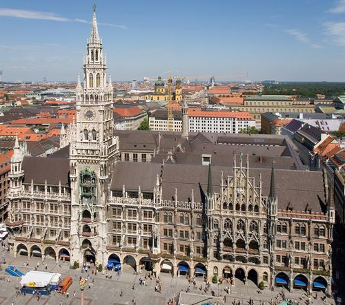 Marienplatz (Quảng trường Đức Bà) và Tòa đô chính Mới của München. Ảnh: Wikipedia