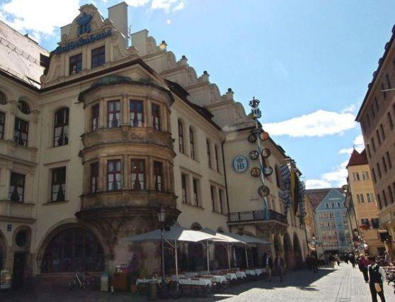 Quán bia Hofbräuhaus nổi tiếng thế giới. Ảnh: DPA