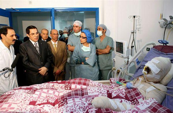 Ben Ali bên cạnh giường bệnh của Mohammed Bouazizi
