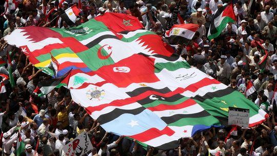 Người biểu tình kết nối cờ cuea các quốc gia Ả Rập lại với nhau trên Quảng trường Tahrir
