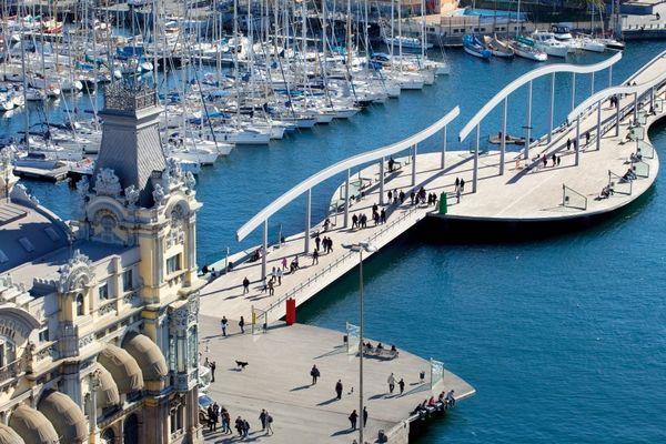 Con đường dành cho người đi bộ Rambla del Mar dẫn xuyên qua cảng cũ. Ảnh: Langlotz