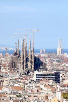 Basilika Sagrada Familia. Công trường xây dựng vĩnh cữu này trong khu phố Eixample hẳn là tác phẩm không được hoàn tất nổi tiếng nhất của  Antonio Gaudí. Tim Langlotz