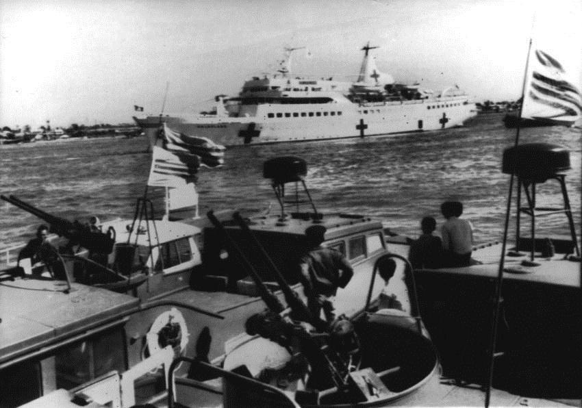 Tàu Helgoland đến Việt Nam: thuyền của Quân lực Việt Nam Cộng hòa đang hộ tống chiếc tàu bệnh viện trên sông Sài Gòn trong tháng 9 năm 1966. Hình của hội Hồng Thập tự Đức