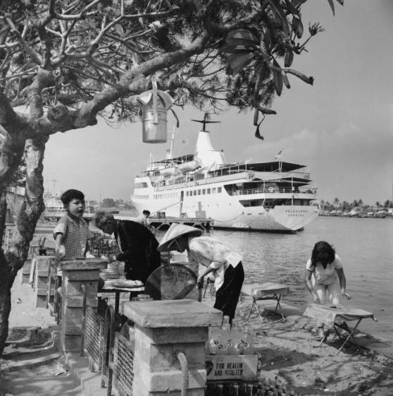 Tàu bệnh viện Helgoland ở Sài Gòn. Hình của Siegfried Kogelfranz