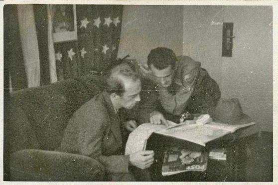 Một nhân viên của mật vụ StB, giả trang là một người Mỹ đang phỏng vần công dân Tiệp Khắc Jaroslav Hakr. Theo một ghi chú ở mặt sau, hình này được dùng làm bằng chứng trước tòa. Hình: abscr.cz